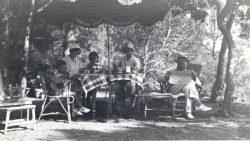 Les familles Courmes et Chouanard sur la terrasse ombragée du Rayollet dans les années 1930
