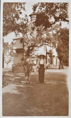 Alfred et Thérèse Courmes devant la ferme, novembre 1912