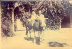 Etienne Gola posant avec un de ses enfants et sans doute la vache « Taupinette » devant la ferme