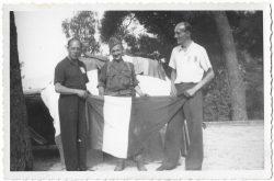 Henry Potez, un commandant et Abel Chirac portant le drapeau français au moment de la libération du Rayol, en 1944
