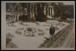 Etienne Gola et ses parterres géométriques devant la pergola vers 1945-50